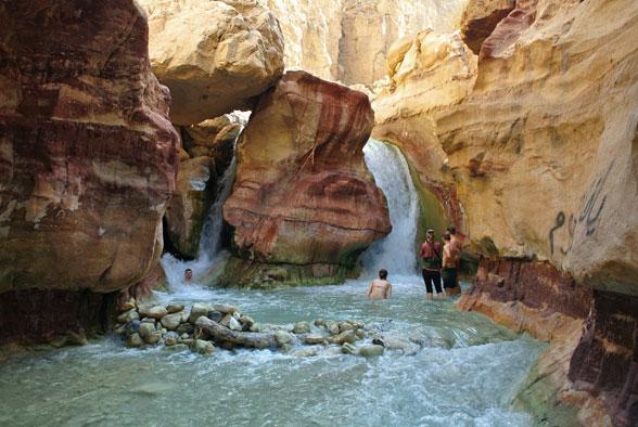 Купание в минеральных источниках Иордании