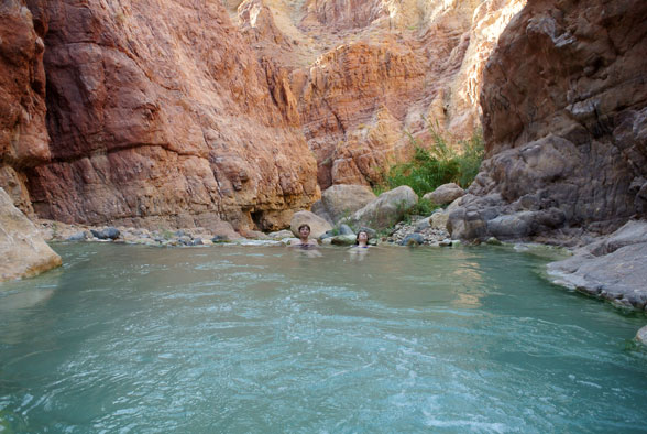 Природный бассейн в каньоне Иордании