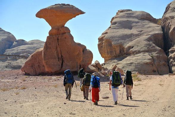 Наша группа под каменной улиткой, пустыня Вади Рам, Иордания