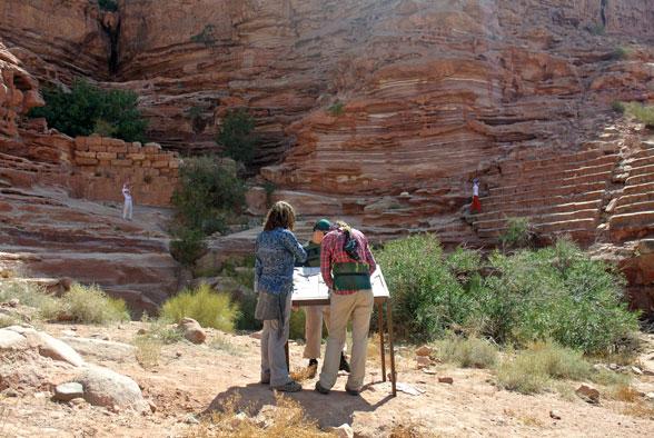 Ребята собирают по кусочкам мозаику. Поход в Иорданию
