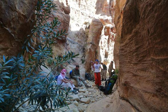 Привал в тени каньона. Поход в Иорданию