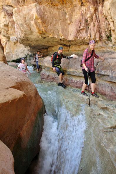 Осторожно - тропа над водопадом!
